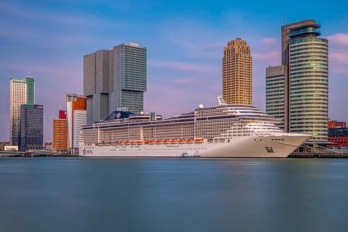 Rotterdam zicht op de cruise terminal van