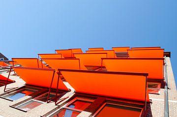 Flatgebouw met oranje zonneschermen von Denislav Georgiev