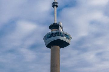 Euromast in Rotterdam tegen een mooie bewolkte lucht