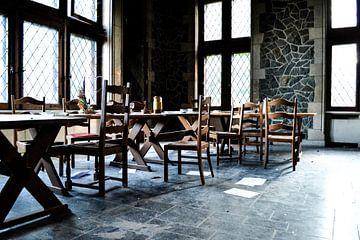Eetkamer in verlaten kasteel van Nanne Bekkema