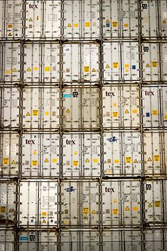 Conteneurs blancs empilés à Rotterdam sur Suzan van Pelt