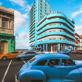 Cubaanse straathoek in Havana, het blauwe BelleVue Deauville hotel en een oldtimer van Michiel Dros