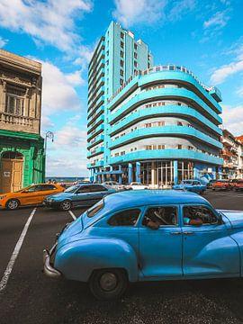Kubanische Straßenecke in Havanna mit dem hellblauen Hotel BelleVue Deauville im Hintergrund und ein von Michiel Dros