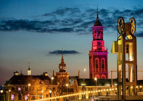 Nieuwe toren en Stadsbrug in Kampen in de avond