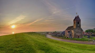 L'église de Wierum au lever du soleil sur John Leeninga