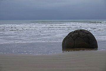 Moeraki Boulders in zee in Nieuw Zeeland van Aagje de Jong
