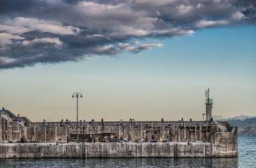 Soirée de pêche sur le quai de Lastres en Cantabrie, Espagne. sur Harrie Muis