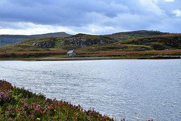 Schotland, alleenstaand boeren huisje bij een loch van Marian Klerx
