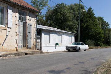 Een verlaten Cadillac in een verlaten dorp van Harry van Rhoon