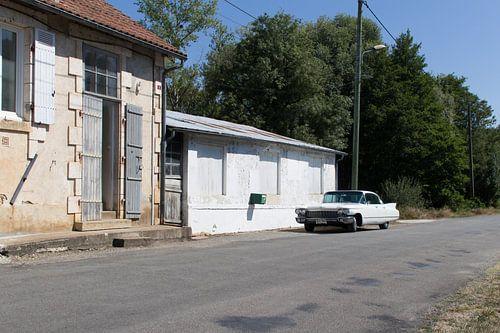 Een verlaten Cadillac in een verlaten dorp van