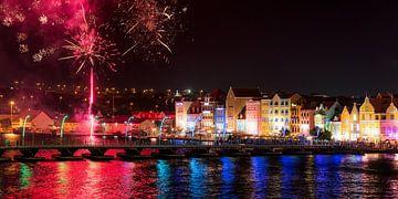 Curacao, Handelskade mit Feuerwerk von Keesnan Dogger Fotografie