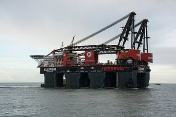 De Sleipnir van Heerema onderweg naar de Landtong Rozenburg. van scheepskijkerhavenfotografie