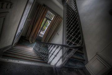 Escalier dans un hôtel/château abandonné sur Eus Driessen