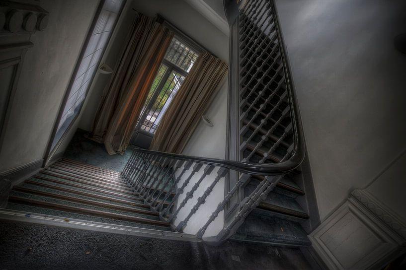 Trappenhuis in een verlaten hotel\kasteel (Urbex) van Eus Driessen
