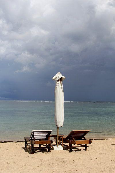 Dunkler Himmel, Bali von Inge Hogenbijl