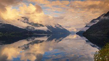 Nuages bas au-dessus du fjord Hardanger, Norvège sur Adelheid Smitt