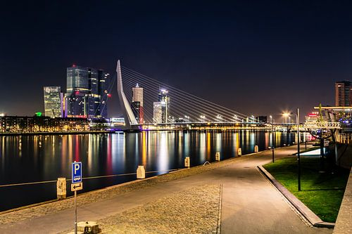 De skyline van Rotterdam Nederland met de Erasmusbrug van