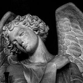 Standbeeld van een verdrietige engel in Londen   Zwart-wit foto I Reisfotografie van Diana van Neck Photography
