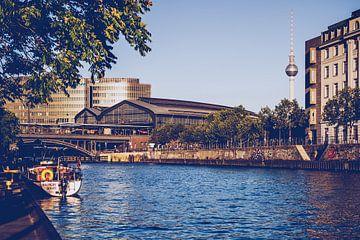 Berlin – Schiffbauerdamm / View over Spree River sur Alexander Voss