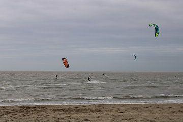 Kitesurfers aan de Noordzee van Jasmijn van der Duijn Schouten