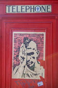 cabine téléphonique rouge avec placard à londres sur Eric van Nieuwland