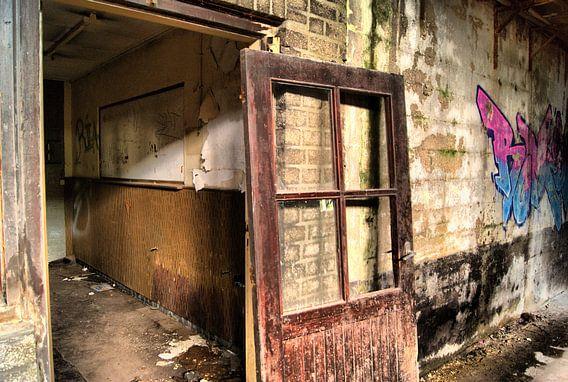 Deur in verlaten fabriek