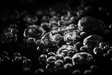 des bulles d'air gelées - de l'air et de la glace. sur Jeroen Mikkers