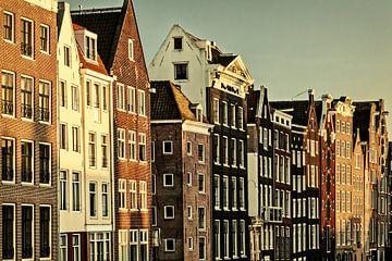 Oude pakhuizen langs het Damrak van Martin Bergsma