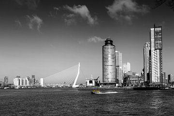 Rotterdam Skyline met Erasmusbrug brug, Nederland. van Tjeerd Kruse