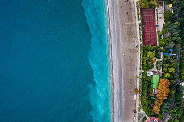 Arbres multicolores et stade. Hôtels parmi le parc vert en bord de mer avec une eau turquoise et la  sur Michael Semenov
