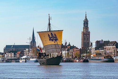 Historische Kamper Kogge zeilboot zeilt over de IJssel voor de Hanzestad Kampen