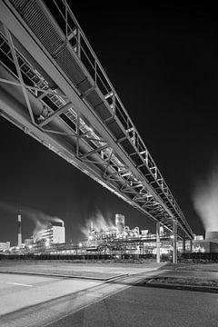 Pipeline-Brücke mit der Petrochemie Fabrik in der Nacht, Antwerpen von Tony Vingerhoets