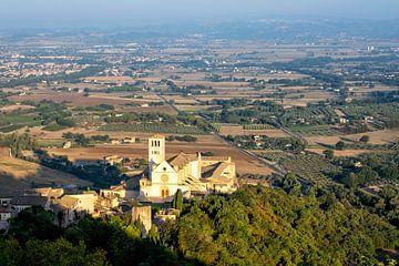 Assisi panorama. St. Franciscus basiliek, een van de belangrijkste Italiaanse religieuze plaatsen van Tjeerd Kruse