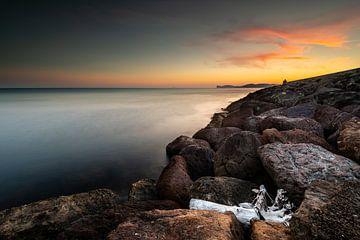 Avondlicht in de haven van Alghero - Sardinië. van Damien Franscoise