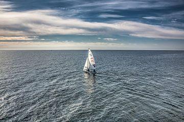 Zeilbootje op de oceaan aan de kust van Lanzarote. van