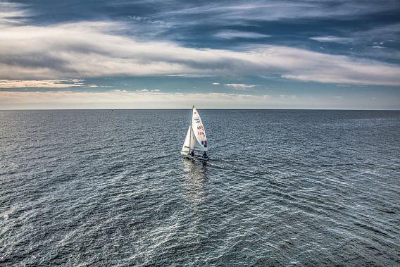 Zeilbootje op de oceaan aan de kust van Lanzarote. van Harrie Muis