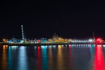 Kleurrijke verlichte nachtscène met zicht op Berendrechtsluis in Haven van Antwerpen van Daan Duvillier