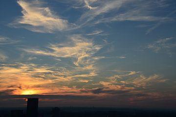 Prachtige wolkendek met zonsondergang boven Rotterdam van Marcel van Duinen