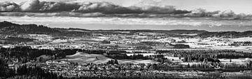 Panorama des Ostallgäus in schwarz-weiß von Henk Meijer Photography