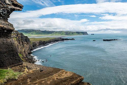 Uitzicht op Reynisdrangar IJsland van Henk Verheyen