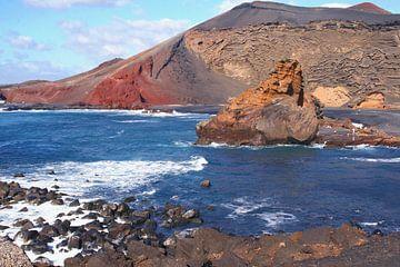 Vulkaan in oceaan, Lanzarote van Inge Hogenbijl