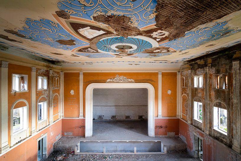 Verlaten Cultuurhuis. van Roman Robroek