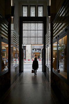 Frau in einer Passage in Prag von Heiko Kueverling
