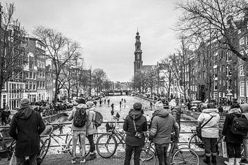 Schlittschuhlaufen auf dem Eis der zugefrorenen Prinsengracht Amsterdam von Dennis Kuzee