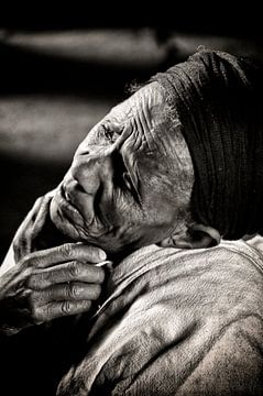 Diep gelovige vrouw. von Ton Bijvank