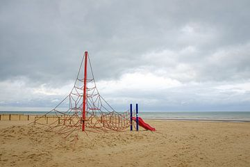 Klettergerüst am Strand von Johan Vanbockryck