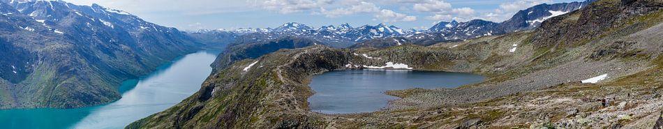 Groot panorama vanaf de Besseggen bergkam met  de meren Gjende en Bessvatnet in NP Jotunheimen, Noor