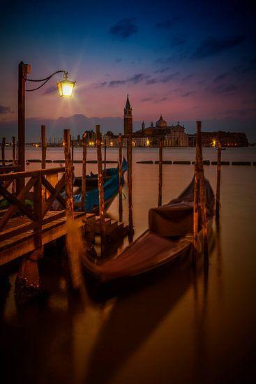 VENICE Gondolas during Blue Hour van Melanie Viola