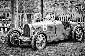 Bugatti Type 35 Oldtimer-Rennwagen aus den 1920er Jahren in schwarz-weiß von Sjoerd van der Wal