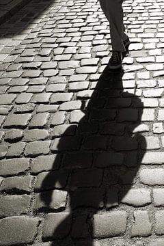 Schatten einer entgegenkommenden Person von Heiko Kueverling